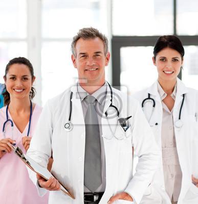 Senior Arzt mit seinen Kollegen