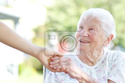 Senior Frau Händchen haltend mit Hausmeister