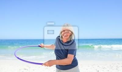 Senior Frau spielt mit ihren Reifen