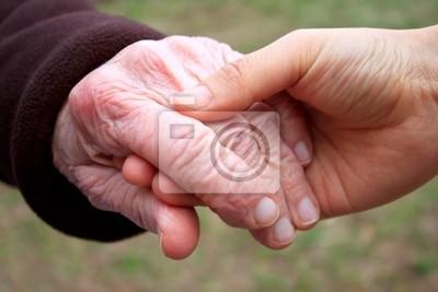 Senior und junge Frauen Hände