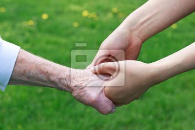 Senior und junge Frauen Hände halten