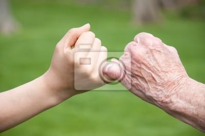 Senior und junge Hände Versprich