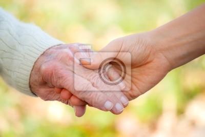 Senior und junge Holdinghände