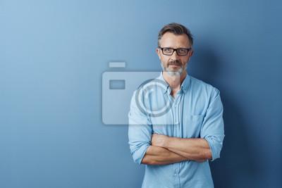 Bild Serious authoritative man with folded arms