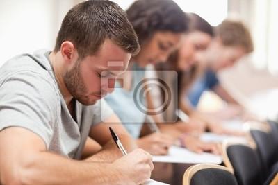 Serious Schüler sitzen für eine Prüfung