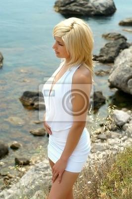 Sexuelle Porträt des Mädchens gegen das Meer in einem Profil