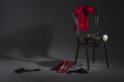 Bild Sexy Dessous, Schuhe und eine weiße Rose auf einem Retro-Stuhl.