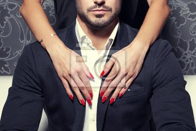 Bild Sexy Frau Hände umarmen reichen Mann