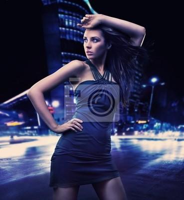 Sexy junge Schönheit posiert über Nacht Stadt Hintergrund