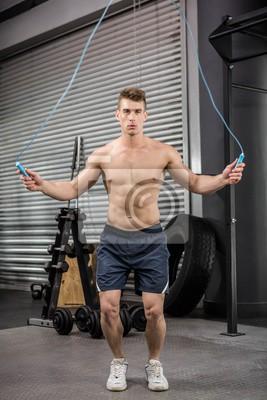 Shirtless Mann, der das Seil springt