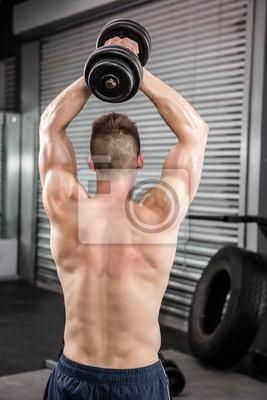 Shirtless Mann Heben schwerer Hantel