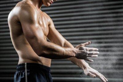 Shirtless Mann klatschen Hände mit Talk