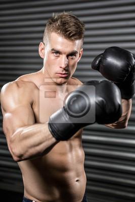 Shirtless Mann mit Boxhandschuhen