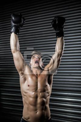 Shirtless Mann mit Boxhandschuhen Jubel