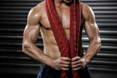 Shirtless Mann mit Schlacht Seil um den Hals
