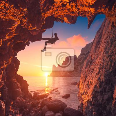 Silhouette der Bergsteiger in einer Berghöhle