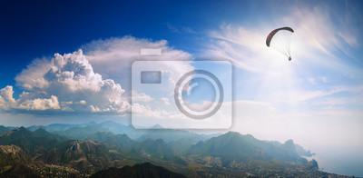 Silhouette des fliegenden Gleitschirm über das Krim Bergtal