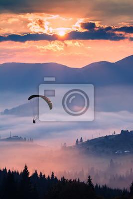 Silhouette des Gleitschirms in der Luft