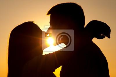 Silhouetten von jungen Paar Küssen auf sonnigen Sommertag