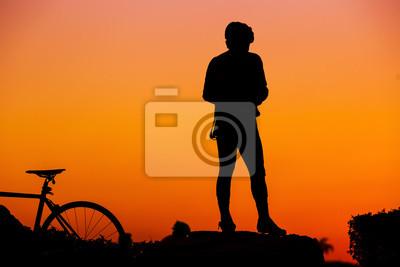 Silhuette Mountainbike Fahrer stand gegen Sonnenuntergang
