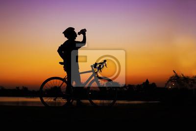 Silhuette Mountainbike Rider Trinkwasser am See Seite aga