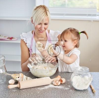 Simper Frau Kekse backen mit ihrer Tochter