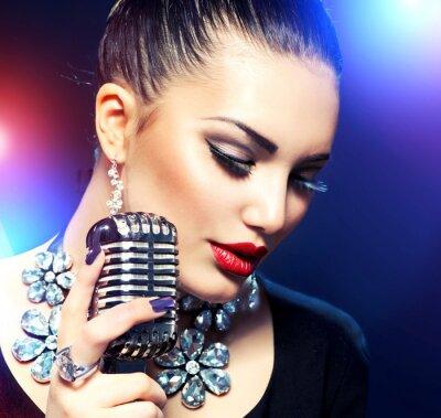 Bild Singen Frau mit Retro-Mikrofon