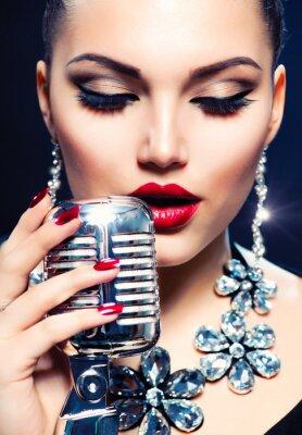 Bild Singer Frau mit Retro-Mikrofon. Vintage Style