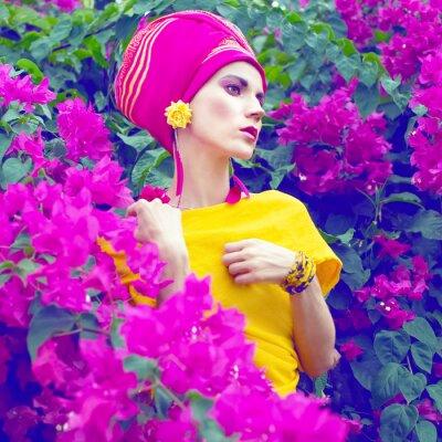 Bild sinnlichen orientalischen Mädchen in den Blumen