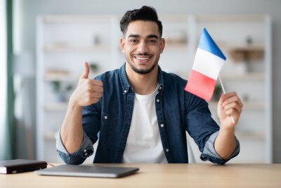 Bild Smiling guy with flag of France and showing thumb up