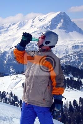 Bild Snowboarder trinkt Mineralwasser vor der Fahrt nach unten.