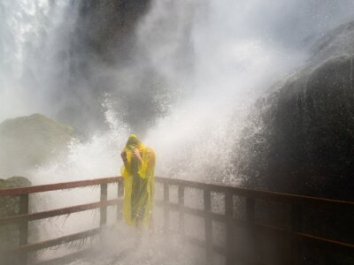 Bild Soaked person on platform at Cave of the Winds below Niagara Falls