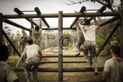 Soldaten klettern Klettergerüste