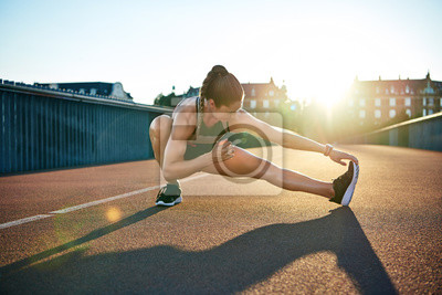 Bild Sonne unterstreicht die junge muskulöse Athletin