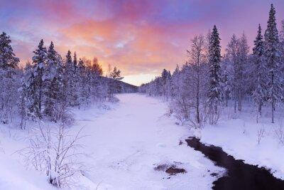 Bild Sonnenaufgang über einem Fluss im Winter in der Nähe von Levi, Lappland
