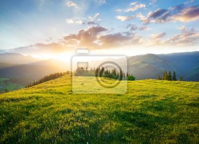 Bild Sonnenuntergang im Gebirgstal. Schöne Naturlandschaft in der Sommerzeit