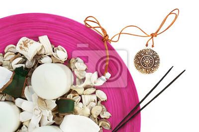 Spa-Einstellung mit Medaillon, Kerzen, Blumen und Aroma-Sticks