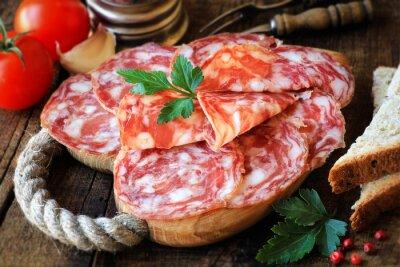 Bild Spanische Tapas - geschnittenen Salame auf rustikalen Holzbrett mit Brot und Tomaten