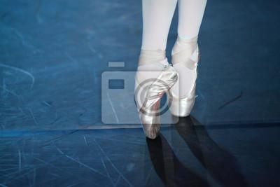 Spektakel, Tanz, Ausrüstung Konzept. zwei kleine ästhetische Füße in schönen rosa Pointe Schuhe von Ballerina, tanzen auf dem zerkratzten Boden der Theaterbühne