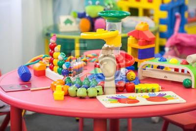 Spielzeug auf einem Tisch im Kinderspielzimmer