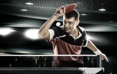 Sport-Mann, der Tennis-Spieler auf schwarzem Hintergrund