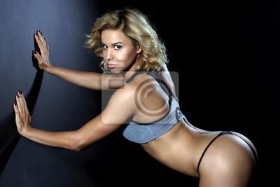 Sport, schlankes junges Mädchen mit muskulösen Körper posiert im Studio o