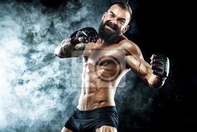 Bild Sportlerboxer, der auf schwarzem Hintergrund mit Rauche kämpft. Platz kopieren Boxsport-Konzept.