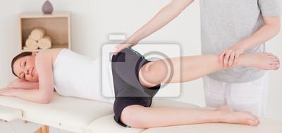 Sportlerin mit einem Bein Stretching