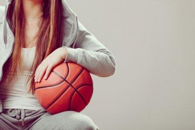 Bild Sportlich jugendlich Mädchen in der Kapuze, die Basketball anhält.