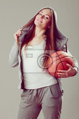 Sportlich Teen Mädchen in Kapuze mit Basketball.