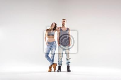 Sportliche Hip-Hop-Paar über dem weißen Hintergrund isoliert