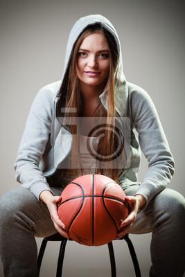 Sportliche Mädchen hält Basketball