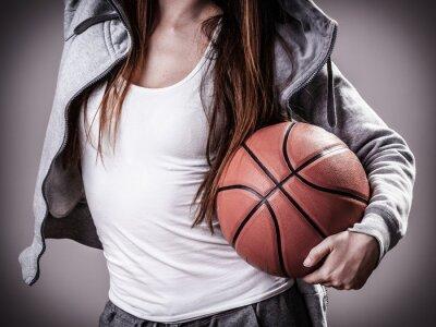 Sportliches Mädchen hält Basketball