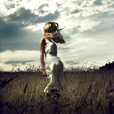 Bild Springen Sie Frauen in Weizenfeld
